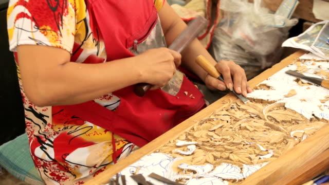 vídeos de stock, filmes e b-roll de mão de carver escultura de madeira - entalhe