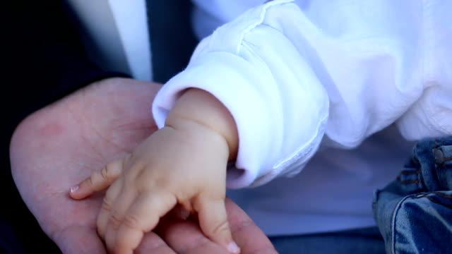 Hand von Vater und Sohn