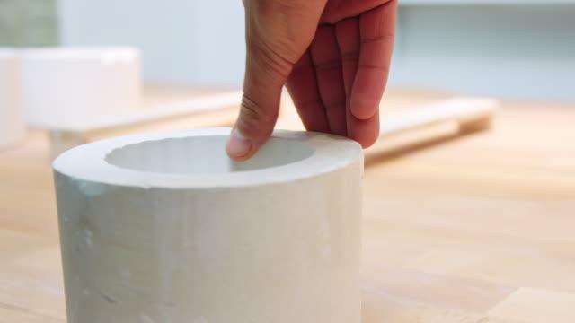 mano di artigiana donna che controlla lo stampo in argilla porcellana - design video stock e b–roll
