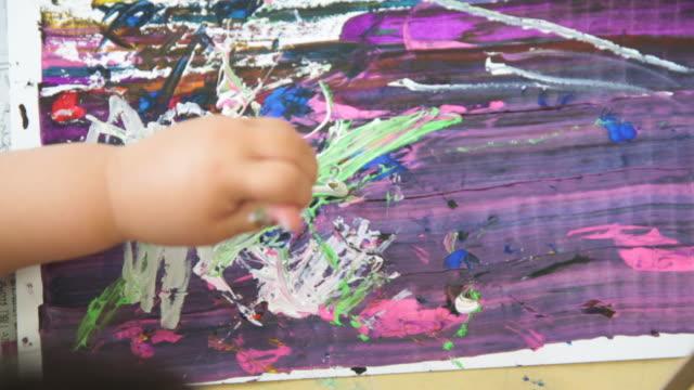 絵を絵に描く女の子の手 - craft点の映像素材/bロール