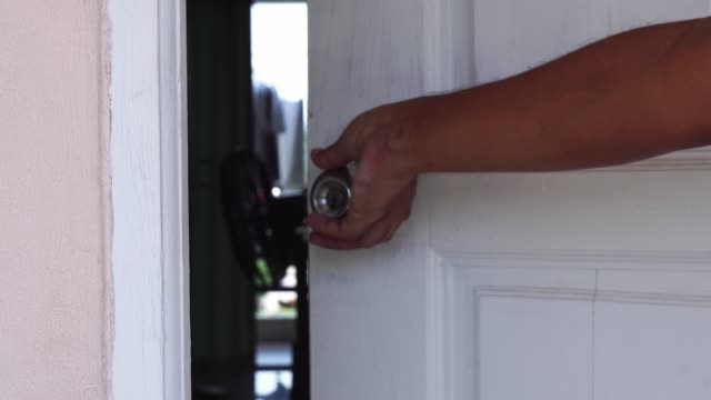 vidéos et rushes de main de l'homme fermant la porte. - fermer