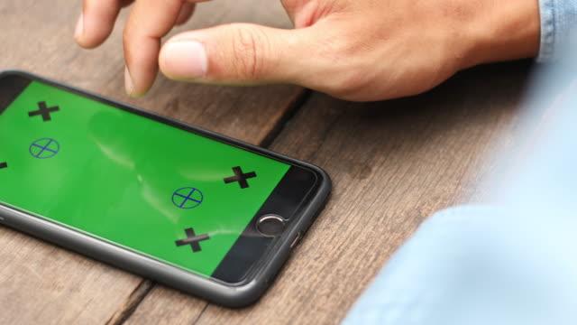 hand van man gebruiken slimme telefoon met Green Screen
