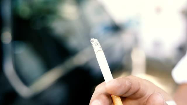 Main de l'homme fumeur