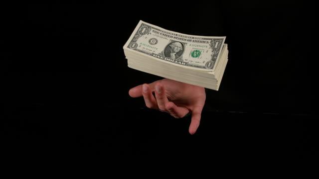 vídeos y material grabado en eventos de stock de hand of woman and dollar bank notes, slow motion 4k - generosidad