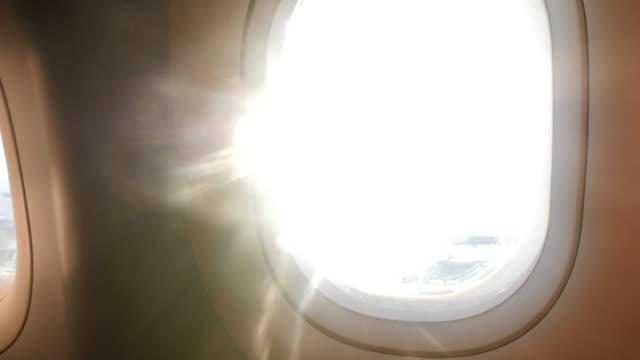 hand der frau, die passagierfenster während eines fluges im flugzeug schließt und öffnet - sitz stock-videos und b-roll-filmmaterial