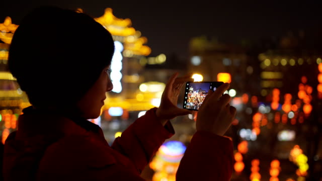 hand av kvinna med smart telefon med stadsbild - kommunikationssätt bildbanksvideor och videomaterial från bakom kulisserna