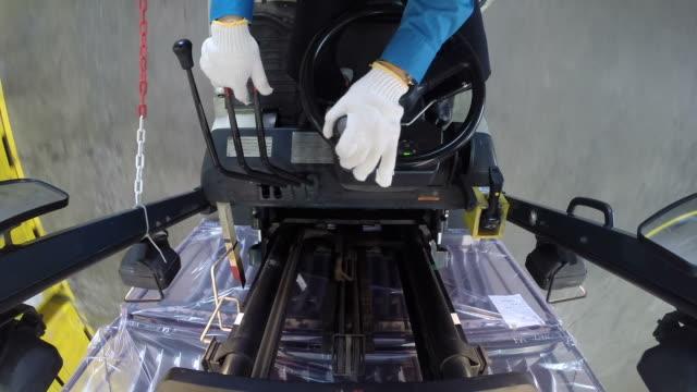 stockvideo's en b-roll-footage met hand van werknemer controleren heftrucks en laden klaar goederen naar container. - aanhangwagen
