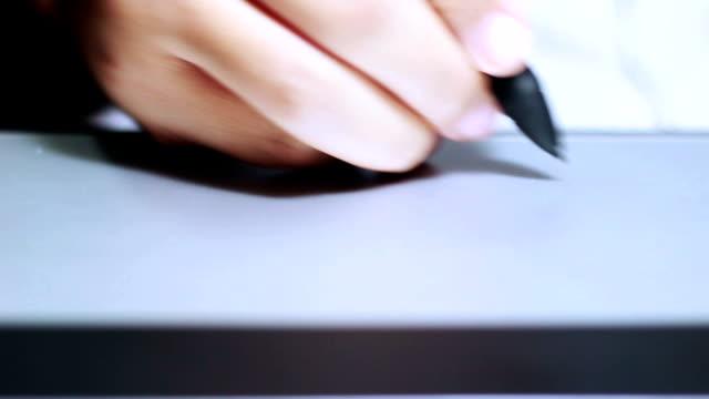 hand on graphic tablet - sladdlös telefon bildbanksvideor och videomaterial från bakom kulisserna