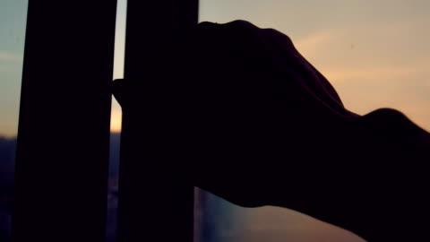 vídeos y material grabado en eventos de stock de ventana abierta a mano por la mañana - abierto