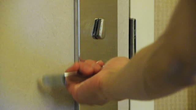 vídeos y material grabado en eventos de stock de cu hand opening and shutting door, las vegas, nevada, usa - cerrar con llave