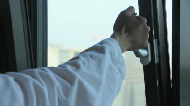vidéos et rushes de cu hand opening and shutting window, amsterdam, netherlands - fermer