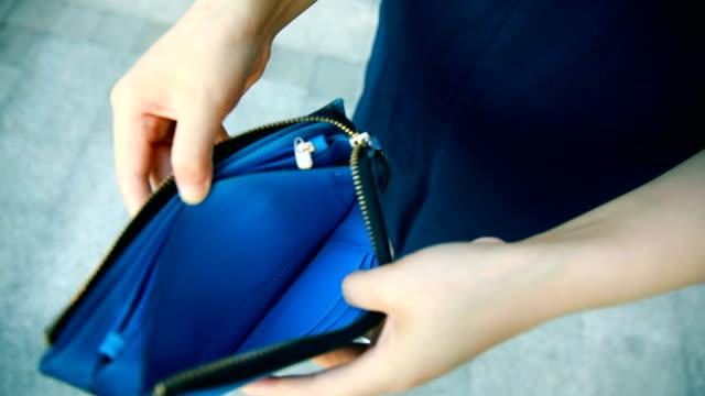vidéos et rushes de portefeuille vide de main ouverture - ruiné
