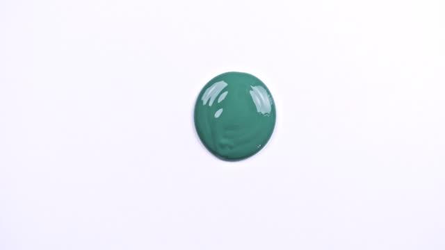 vídeos y material grabado en eventos de stock de pintura verde de la mano - acrílico
