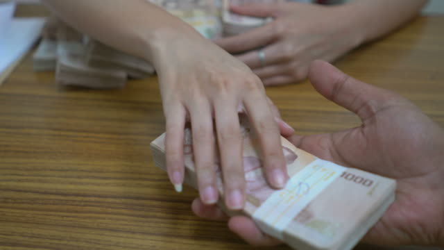 stockvideo's en b-roll-footage met hand passing money - omkoping