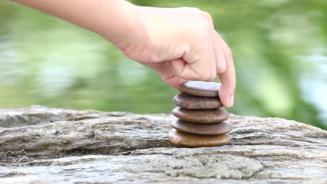Hand den Stein aufheben