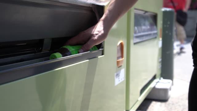 自動販売機に水のボトルを手摘み。 - ウォーターボトル点の映像素材/bロール