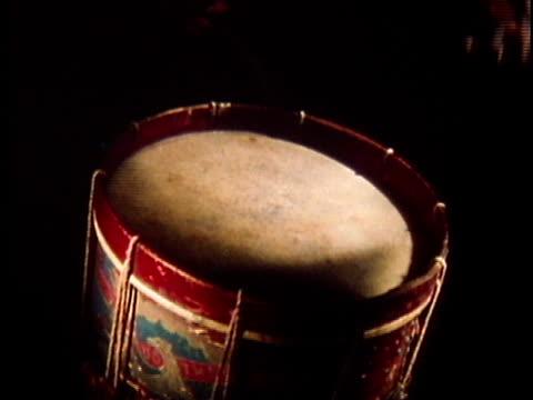 1971 reenactment cu hand playing snare drum / 19th century united states / audio - stahlfass stock-videos und b-roll-filmmaterial