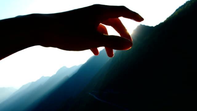 vídeos de stock e filmes b-roll de hand playing with sunlight - dedo humano
