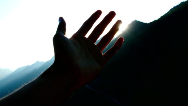 vídeos y material grabado en eventos de stock de mano jugando con la luz del sol - atrapar