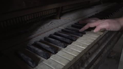 vídeos y material grabado en eventos de stock de hand plays dusty old piano in dark room - separación