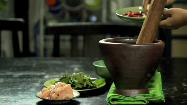 hand pounding spices in mortal. - chilli con carne video stock e b–roll