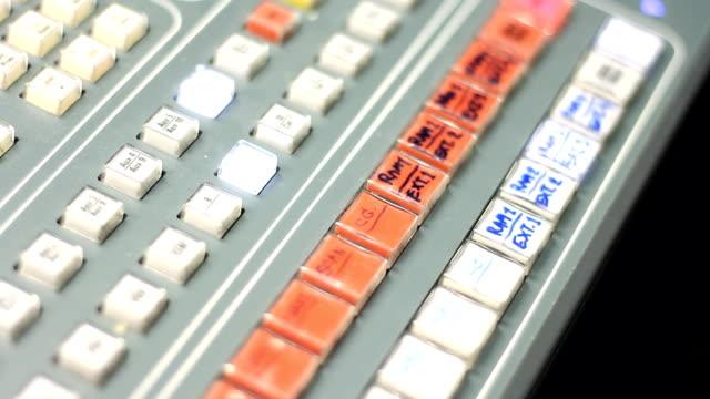 stockvideo's en b-roll-footage met de druk van de hand van video switcher - menselijke vinger