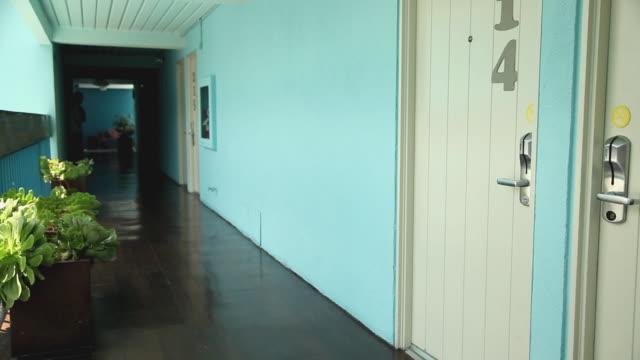 vídeos de stock, filmes e b-roll de ws pan hand putting do not disturb sign on door handle / los angeles, california, usa - número