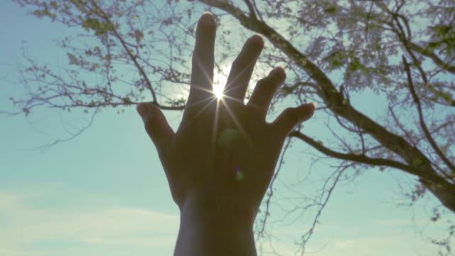 hand erreichen die Sonne