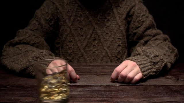 Hand, die sich weigern Whisky