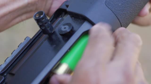 vídeos de stock e filmes b-roll de hand reloading shotgun shells take aim. - número 12