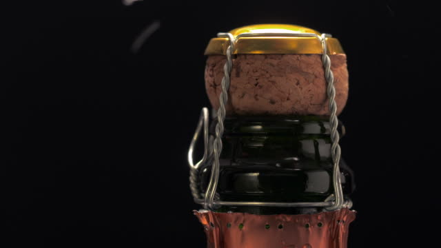 vidéos et rushes de ms hand removing copper colored foil from champagne bottle top and twists opening metal wire / los angeles, california, united states - champagne