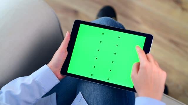 tablet pc con chiave cromatica a scorrimento a mano - desk video stock e b–roll