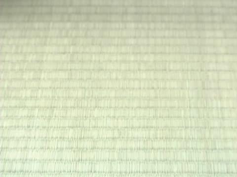 vídeos de stock, filmes e b-roll de hand setting tea on tatami mat - tatame tapetinho