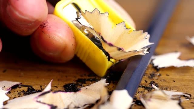 vídeos de stock, filmes e b-roll de afiando a mão um lápis - afiado