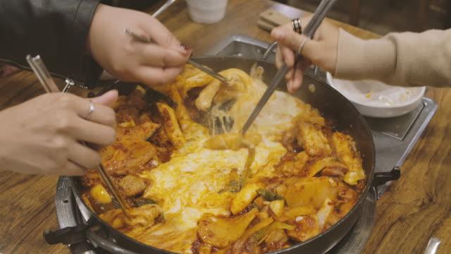 vídeos y material grabado en eventos de stock de disparo a mano de la gente disfruta comiendo korean hot pan food party - comida coreana