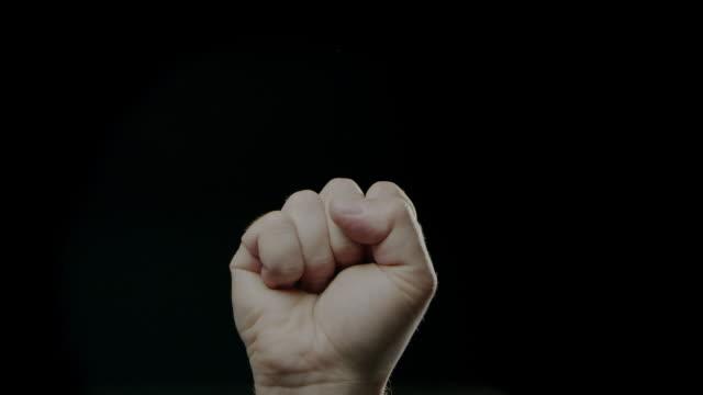 vídeos y material grabado en eventos de stock de humanos caucásico y fondo en negro lenta mano signos lengua - puño gesticular