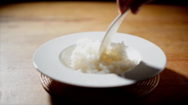 hand Löffel aus gedämpftem Reis.