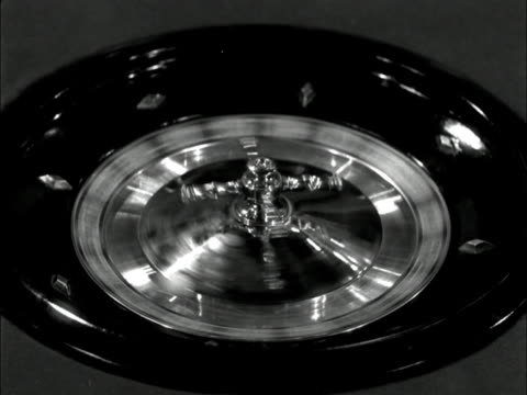 vídeos de stock, filmes e b-roll de a hand starts a roulette wheel and the ball stops on red number one - jogo da sorte