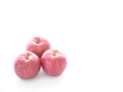 vídeos de stock, filmes e b-roll de hand taking apple - grupo pequeno de objetos