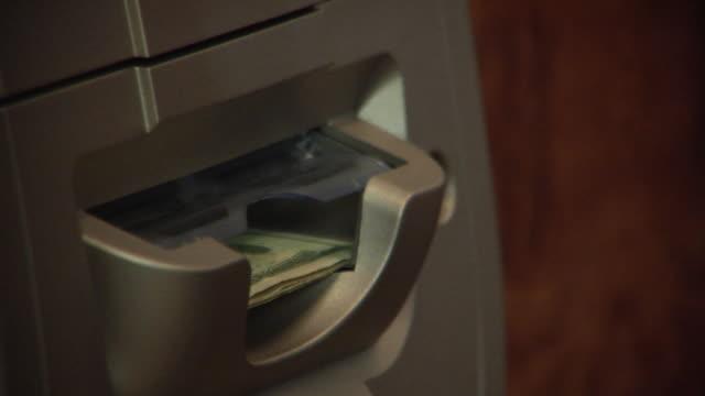 vídeos de stock, filmes e b-roll de cu hand taking cash from atm/ tu hand taking recreipt/ brooklyn, new york - nota de dólar americano