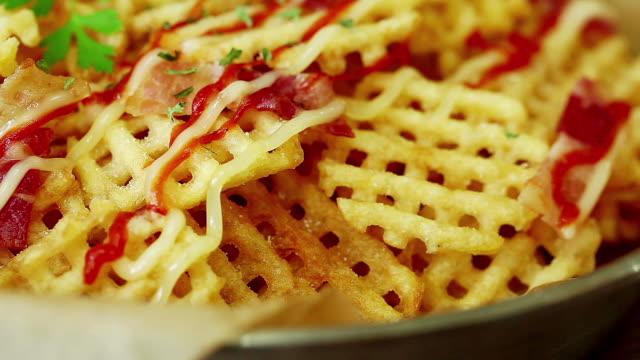 stockvideo's en b-roll-footage met hand taking waffle fries - huishuidkunde