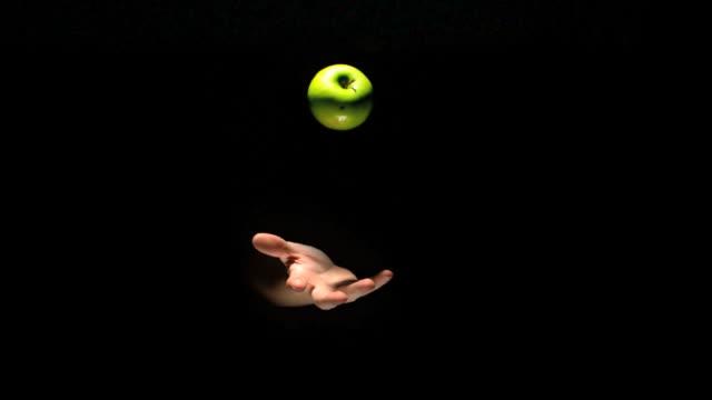 hand tossing an apple - werfen stock-videos und b-roll-filmmaterial