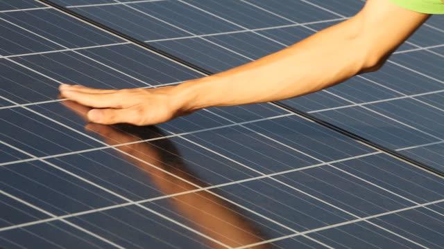 hand berühren photovoltaic einsätze solar-bereich. - steuerpult stock-videos und b-roll-filmmaterial
