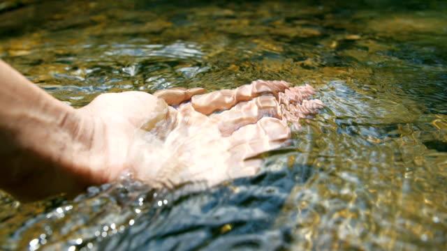 hand zu berühren bachwasser - destilliertes wasser stock-videos und b-roll-filmmaterial