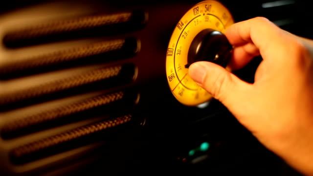 hand professionelle fm retro-radio knob - radiogerät stock-videos und b-roll-filmmaterial