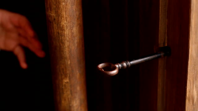 vídeos y material grabado en eventos de stock de vieja llave de mano girando la puerta whit - cerrar con llave