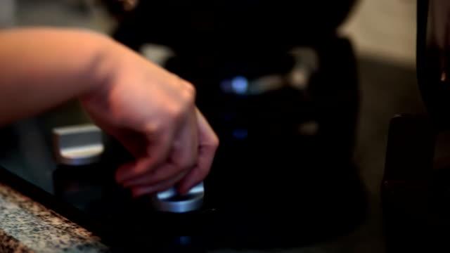 hand macht knob gas flame - herde stock-videos und b-roll-filmmaterial