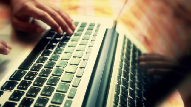手動入力、ノートパソコン - ワールド・ワイド・ウェブ点の映像素材/bロール