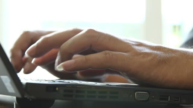 hd: mano scrivendo un computer portatile - dito umano video stock e b–roll