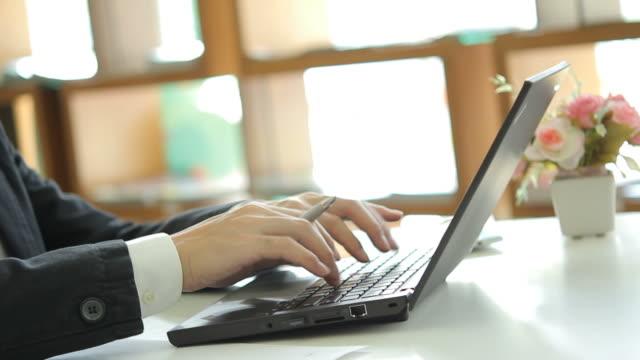 hd : hand typing a laptop - människofinger bildbanksvideor och videomaterial från bakom kulisserna